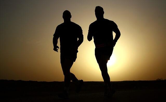 Sylwetki dwóch biegnących mężczyzn