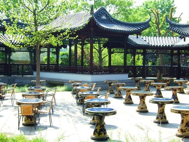 Altanka w chińskim ogrodzie pełnym zieleni