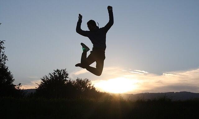 Skaczący z radości człowiek