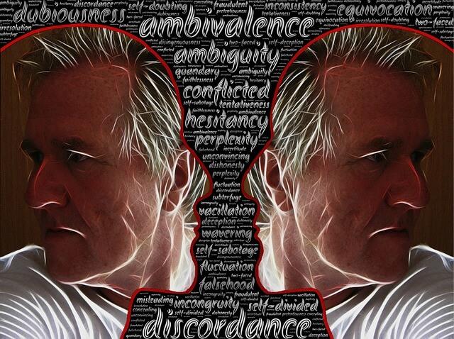 Lustrzane odbicie twarzy mężczyzny na tle napisów
