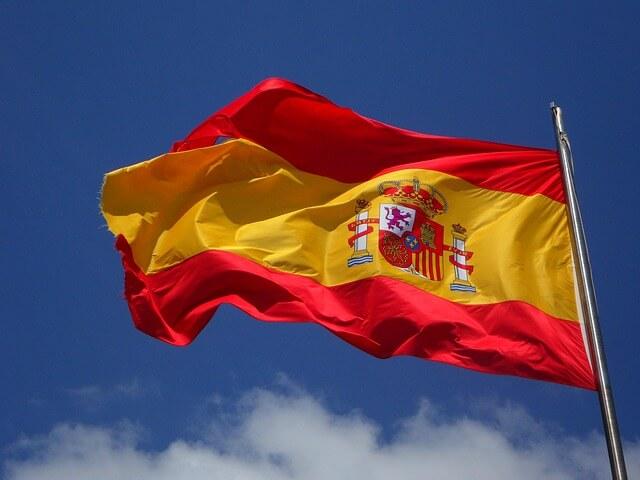 Flaga hiszpańska powiewająca na wietrze