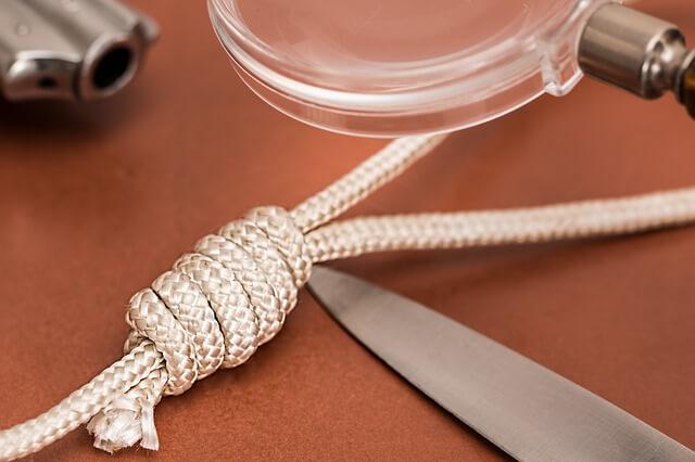Lupa i kawałek białego sznurka