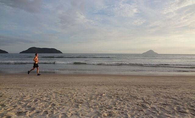 Mężczyzna biegnący po plaży