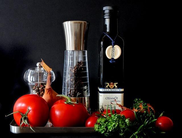Oliwa i pomidory na czarnym tle