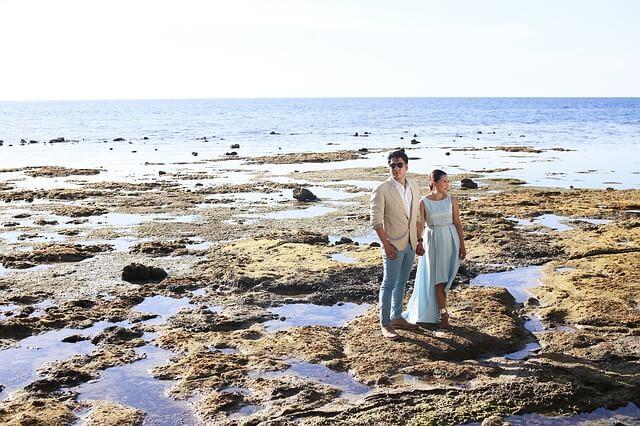 Para narzeczonych stoi na rozpadającej się wyspie