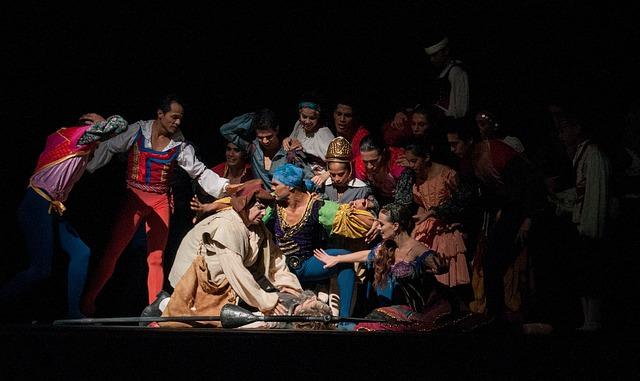 Aktorzy w barwnych strojach podczas przedstawienia