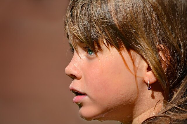Dziecko widziane z profilu ma mokrą twarz