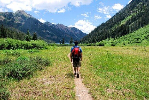 turysta na górskiej ścieżce