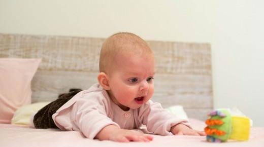 Zabawki dla niemowlaka – przede wszystkim bezpieczne i rozwijające