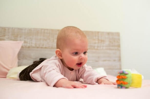 niemowlę podczas zabawy