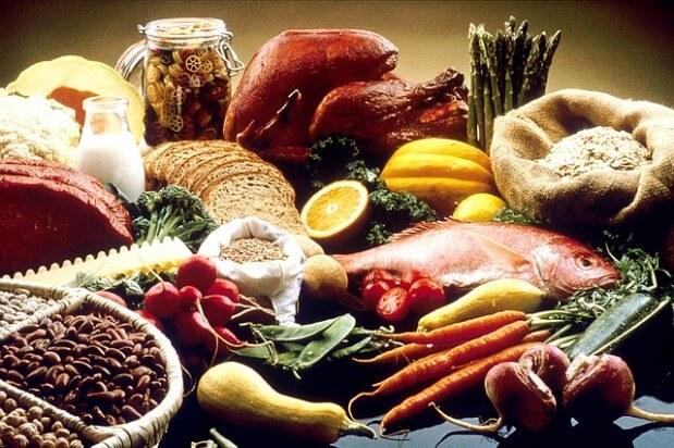 stół zastawiony zdrową żywnością