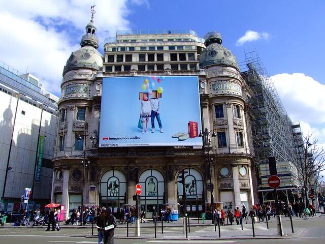 Baner reklamowy w mieście
