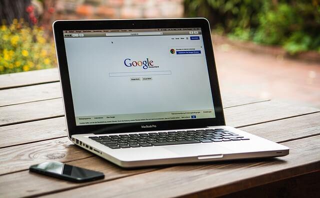 Laptop z wyszukiwarką google