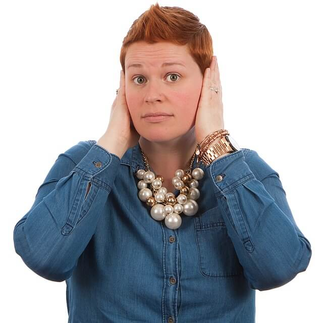 Kobieta z bolącymi uszami