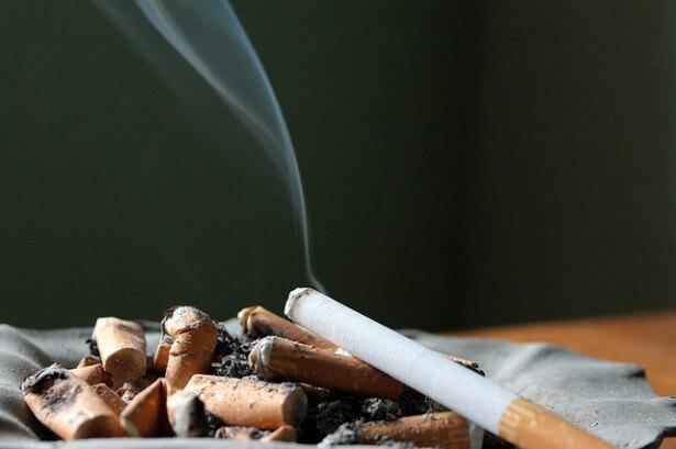papierosy w popielniczce