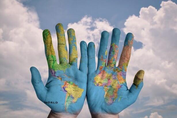 Dłonie z namalowaną na nich mapą