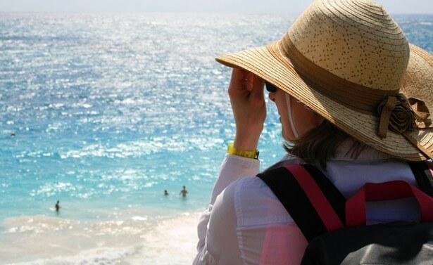 Kobieta w kapeluszu, nad morzem