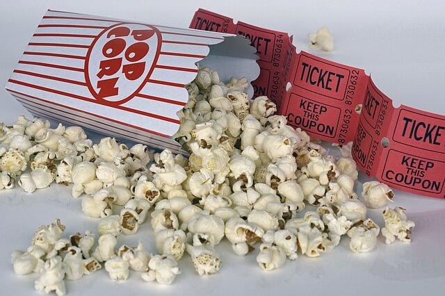 prażona kukurydza i kinowe bilety