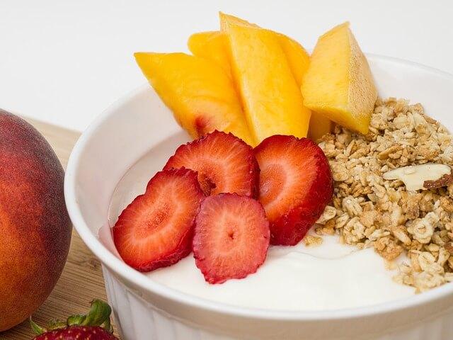 Jogurt z płatkami owsianymi i owocami