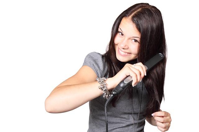 Prostowanie włosów prostownicą