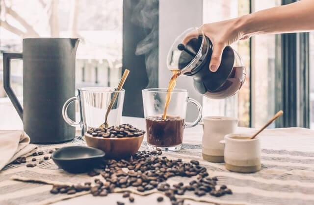 Zaparzanie kawy z ekspresu