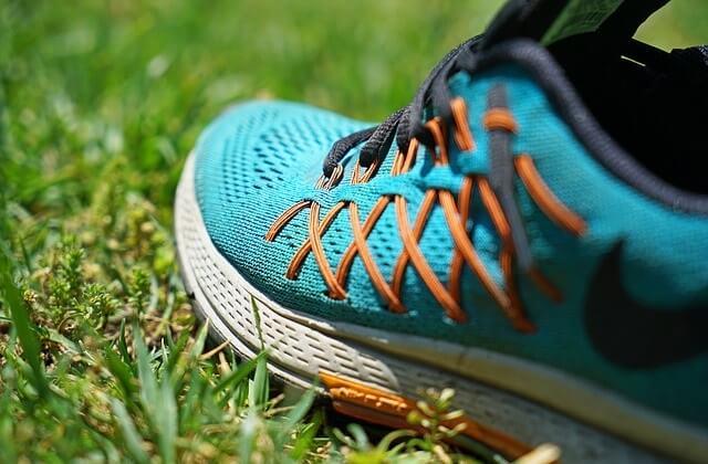 Buty sportowe na trawie