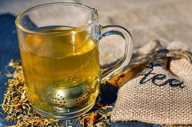 Gorąca herbata z ziół