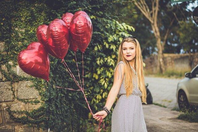 Piękna dziewczyna z balonikami w serdeuszka