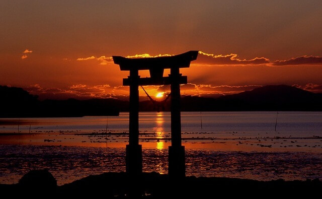 Brama świątyni na wodzie w Japonii