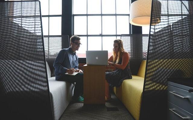 Dwoje ludzie rozmawiających w trakcie pracy