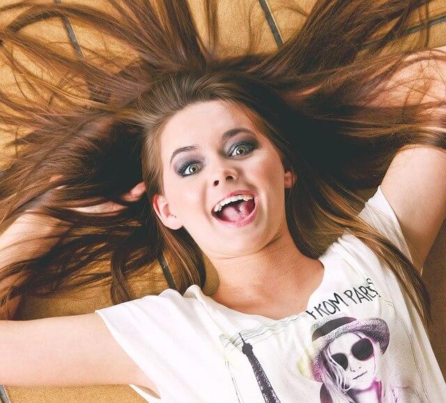 Długowłosa dziewczyna jest szczęśliwa, śmieje się