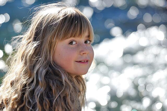 Szczęśliwa dziewczynka uśmiecha się