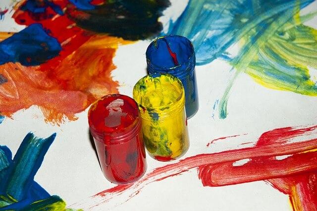 Kolorowe farby plakatowe w słoiczkach