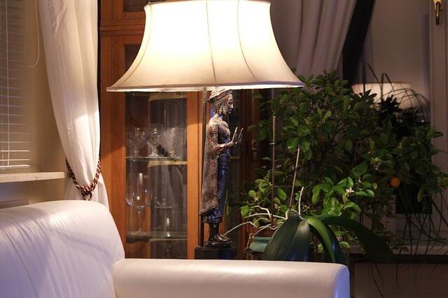 Salon jasno oswietlony, figurka harmonii za lampą