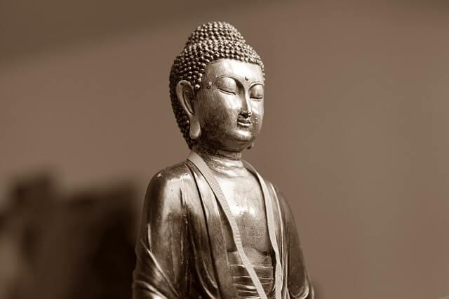 Budda w pozycji kwiatu lotosu medytuje