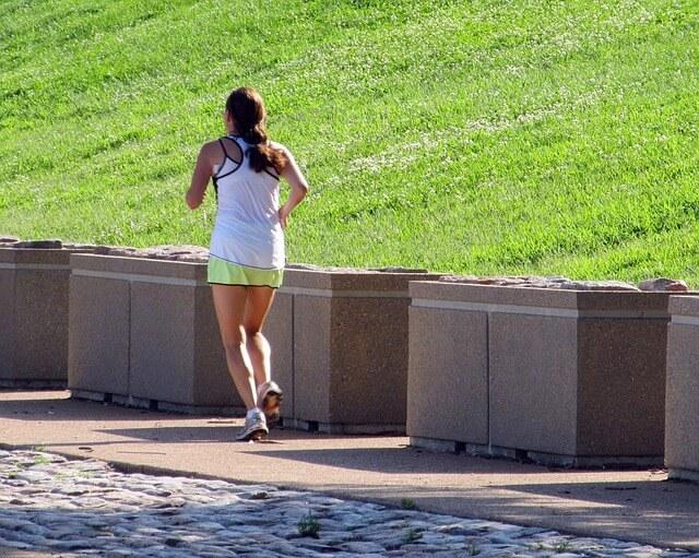 Kobieta biegnie deptakiem