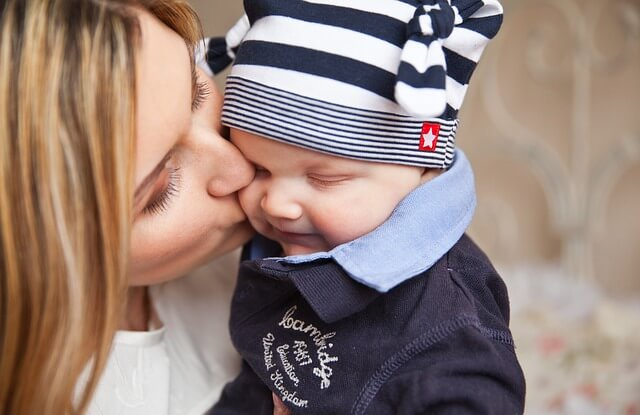 Matka czule całuje swoje dziecko