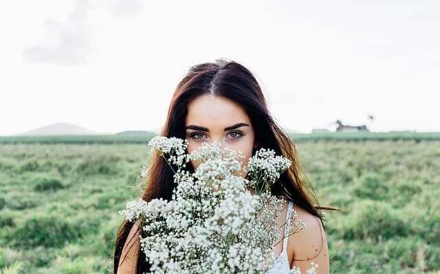 Kobieta z bukietem polnych kwiatów