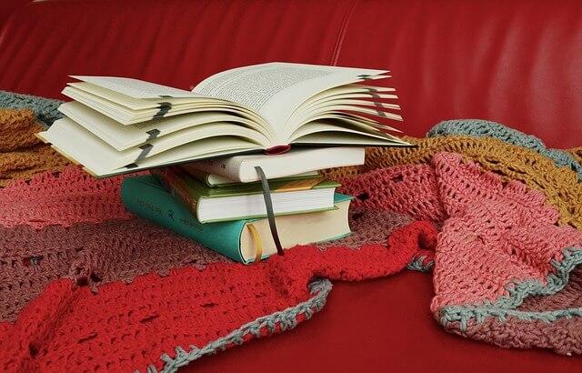 Książki leżą na czerwonej narzucie