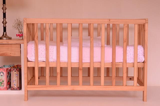Łóżeczko dla dziecka z różową pościelą