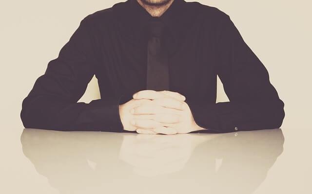 Siedzący przy stole człowiek