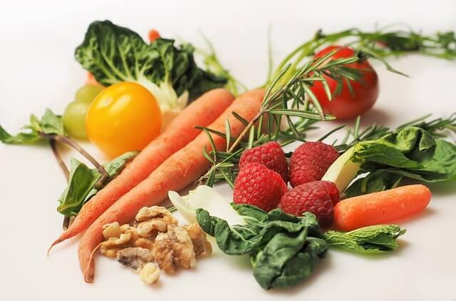 Warzywa, owoce i orzechy na stole