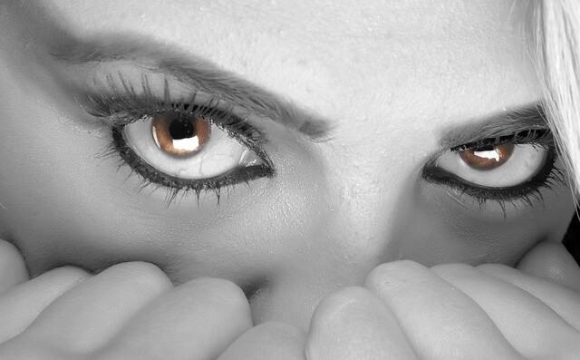 Przestraszone oczy kobiety