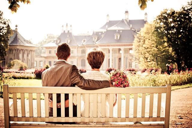 Para siedzi na ławce w piękny, słoneczny dzień