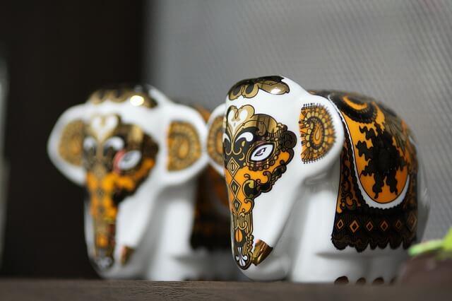 Malowane porcelanowe figurki słoni