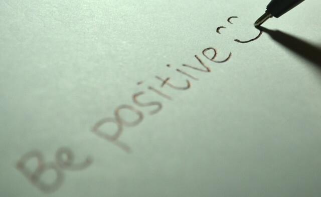 Pozytywny napis z uśmiechem