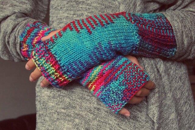 Dłonie w rękawicach