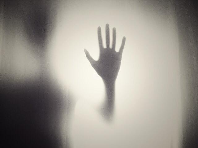 Wyciągnięta ręka na tle mlecznobiałej mgły