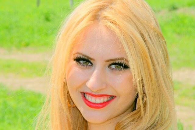Piękna dziewczyna uśmiecha się zalotnie