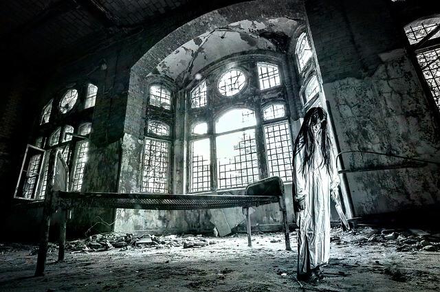 Dziewczyna w długiej sukni stoi w ruinach zamczyska